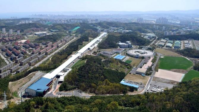 경북 포항에 건설된 4세대 방사광 가속기(왼쪽)가 올해 본격 가동을 앞두고 있다. '나노 세계를 보는 현미경'으로 불리는 이 가속기가 완공되면 우리나라는 미국 일본에 이어 세계 3번째 보유국이 된다.  - 포항가속기연구소 제공
